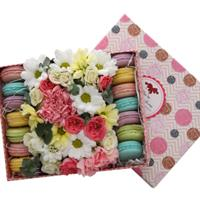 Small box with flowers and macaroons